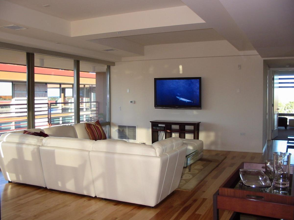 White couch ideas living room with telesion homified for Living room with 65 inch tv